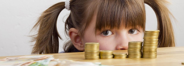 Kind kijkt naar geld