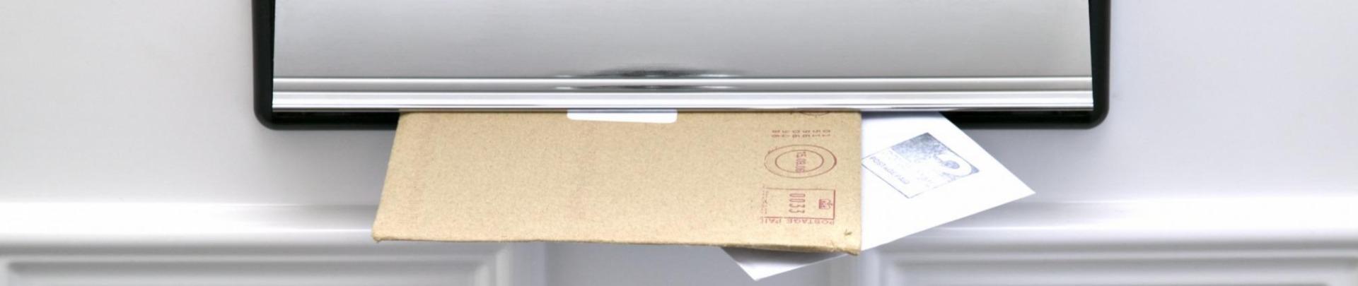 Brieven steken door de brievenbus